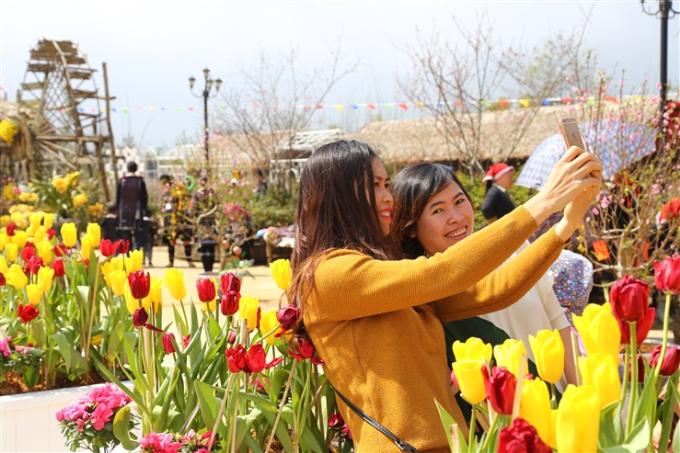 Du khách Lan Chi đến từ Hải Phòng chia sẻ: Tôi thật may mắn khi lần đầu tiên lên đến Sun World Fansipan Legend ngay dịp lễ hội khèn hoa. Khung cảnh nơi đây thật ấn tượng.