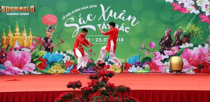 Trên sân khấu chính của lễ hội, những màn võ thuật truyền thống hay biểu diễn nghệ thuật đậm chất vùng cao& luôn thu hút sự chú ý và cổ vũ của du khách. Những cú tung mình trên không của các võ sĩ gây ấn tượng với nhiều du khách nhí.