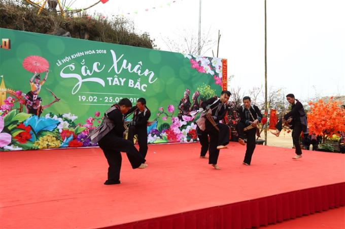 Hội thi múa khèn dân tộc Mông lần thứ 2 là điểm đặc trưng nhất tại lễ hội. Sự tham gia của 7 đội thi gồm các nghệ nhân đến từ xã vùng cao Sa Pa và 3 đội khách mời đến từ Mù Căng Chải (Yên Bái), Đồng Văn (Hà Giang) và tỉnh Lai Châu khiến hội thi năm nay thêm phần sôi động. Vòng chung khảo diễn ra vào Mùng 9, 10 Tết Mậu Tuất với sự góp mặt của những đội xuất sắc nhất mang đến du khách một bữa tiệc văn hóa vùng cao đặc sắc.