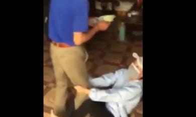 Cô gái ôm chân bố ăn vạ vì chỉ được lì xì 20.000 đồng