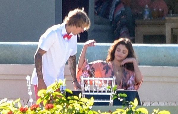 Selena thay bộ váy hoa và Justin mặc sơ mi trong lễ cưới.