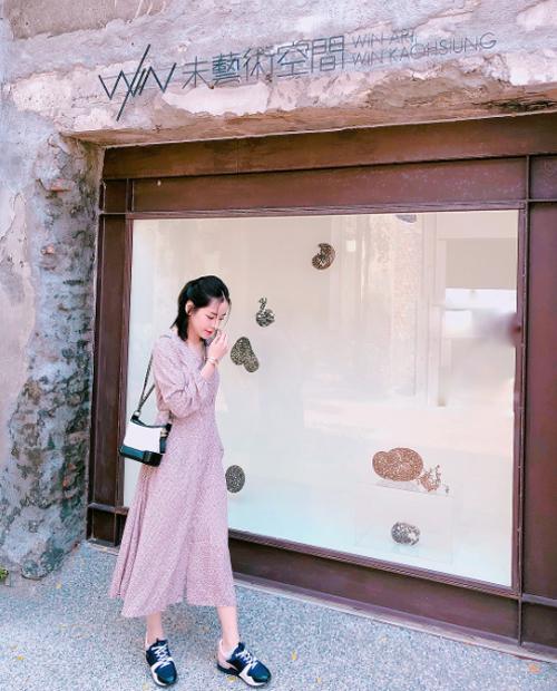 Cô nàng scandal ghé thăm một số gallery triển lãm nghệ thuật trong ngày đầu tiên đến Đài Loan.