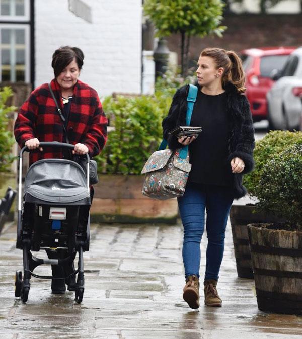 Hôm 19/2, Coleen xuống phố cùng mẹ đẻ, bà Colette. Trong khi mẹ đẩy xe nôi chở bé Cass, bà xã tiền đạo Everton đeo túi đồ của con, thảnh thơi đi trước.
