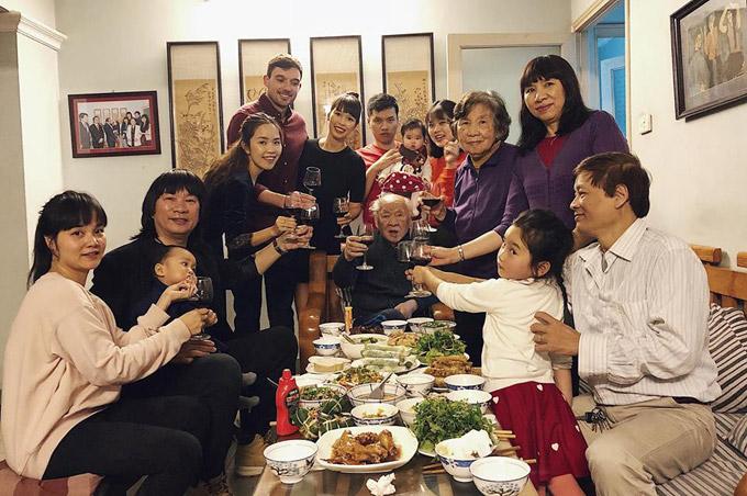 Trước khi đi nghỉ dưỡng, vợ chồng Hà Anh bay ra Hà Nội để ăn Tết cùng ông bà, bố mẹ và những người thân. Ông xã Olly của siêu mẫu rất yêu thích phong tục truyền thống của Việt Nam.