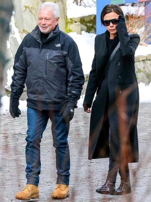 Nhà thiết kế thời trang đi dạo với bố, ông Tony, trong kỳ nghỉ gia đình.