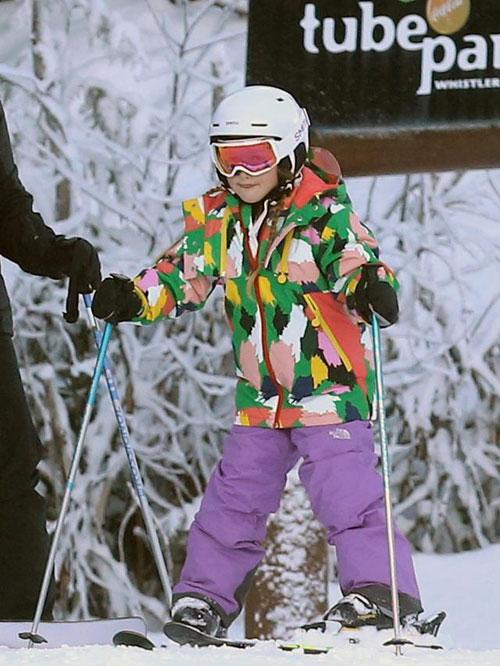 Con gái cưng của Becks nổi bật trên nền tuyết trắng với bộ đồ rực rỡ
