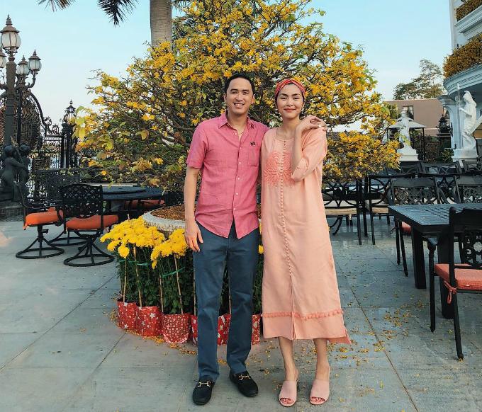Tăng Thanh Hà và ông xã Louis chọn đồ tone sur tone màu hồng. Người đẹp diện váy suông khiến nhiều người nghĩ cô đang mang bầu.