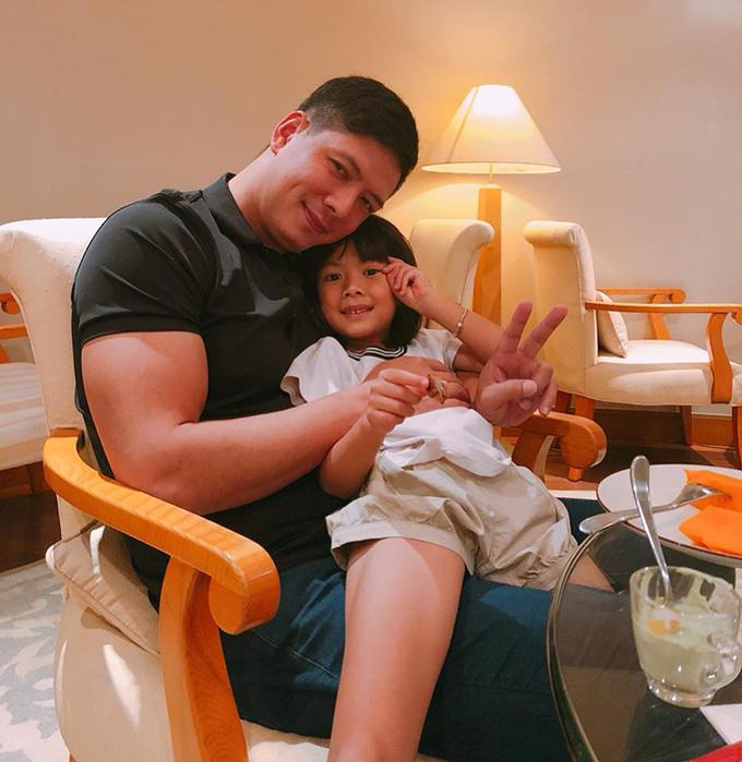 Bình Minh quấn quýt với con gái út và chia sẻ như hai người bạn: Sao mà đu tớ cứng ngắc vậy hả cậu.