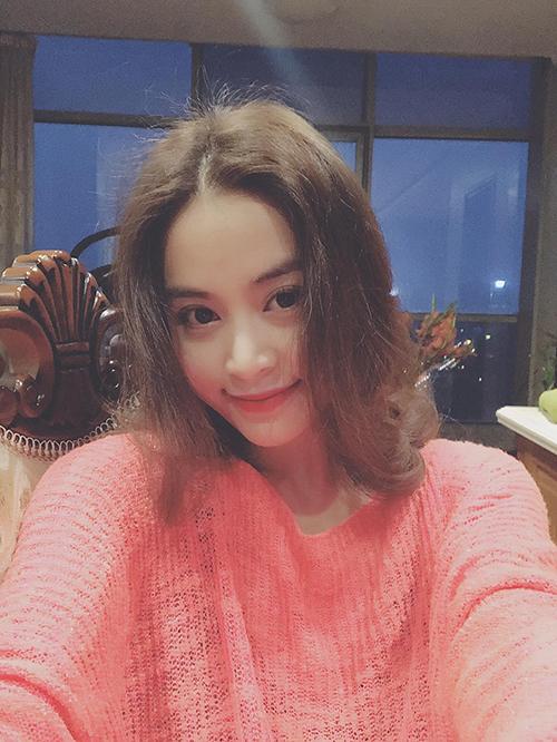 Hoàng Thuỳ Linh trang điểm style mà theo cô là hồng hồng tuyết tuyết cho phù hợp với show diễn ngày đầu xuân.