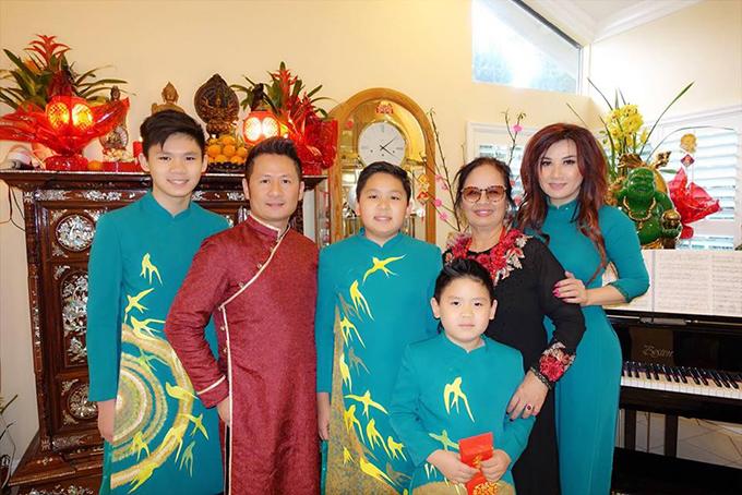 Dù ở xa quê hương nhưng gia đình Bằng Kiều vẫn mặc áo dài truyền thống và giữ phong tục đi chúc Tết bạn bè, người thân.