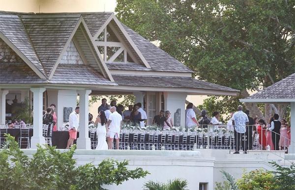 Vốn có tính cách phóng khoáng và trẻ trung, ông Jeremy Bieber lựa chọn một resort bên biển để tổ chức lễ cưới theo phong cách thoải mái, vui vẻ.