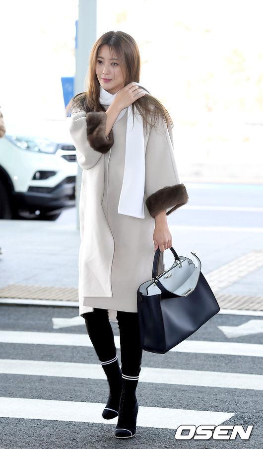 Kim Hee Sun đang nhận được nhiều quan tâm với vai trò MC cho talk show Talk Mon.