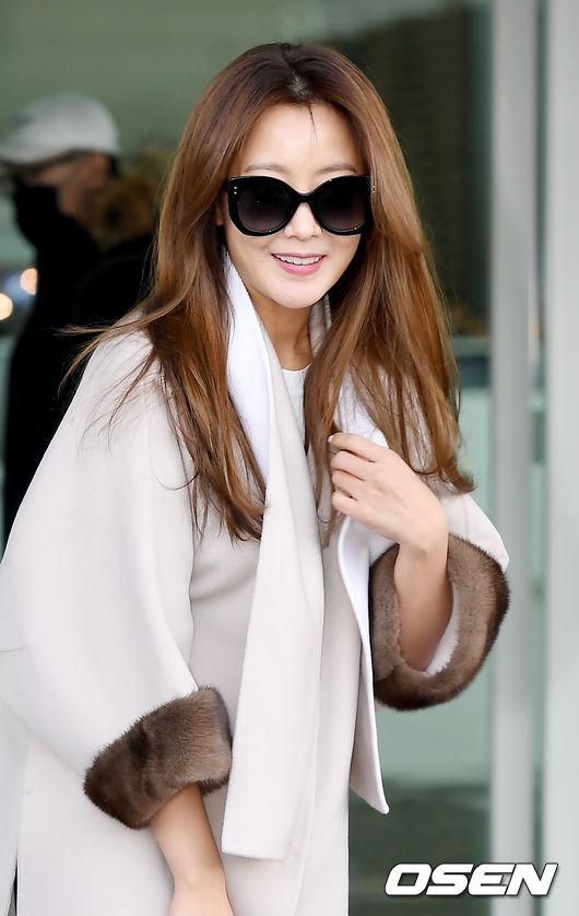 Kim Hee Sun xuất hiện tại sân bay quốc tến Incheon, cô lên đường sang Italydự Tuần lễ Thời trang Milan2018. Gương mặt trangđiểm nhẹ nhàng, tóc duỗi thẳng, diễn viên Chiến Quốc trẻ trung hơn rất nhiều so với độ tuổi tứ tuần.