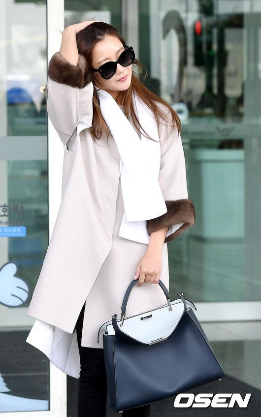 Kim Hee Sun trẻ trung khi sang Milan dự Tuần lễ thời trang - 1