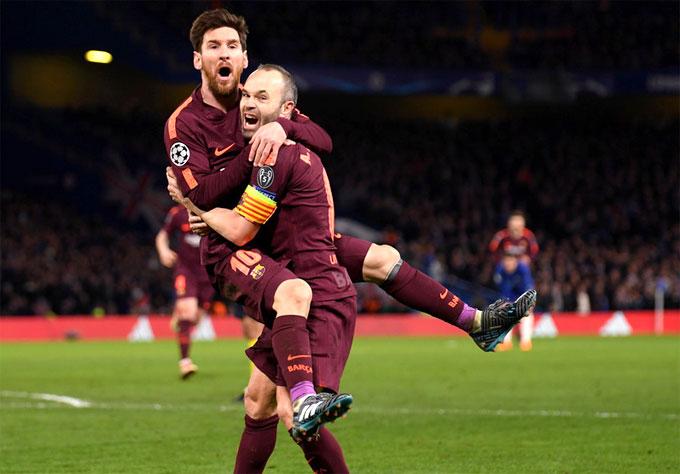 Messi và Iniesta mừng bàn thắng gỡ hòa 1-1. Ảnh: Reutes.