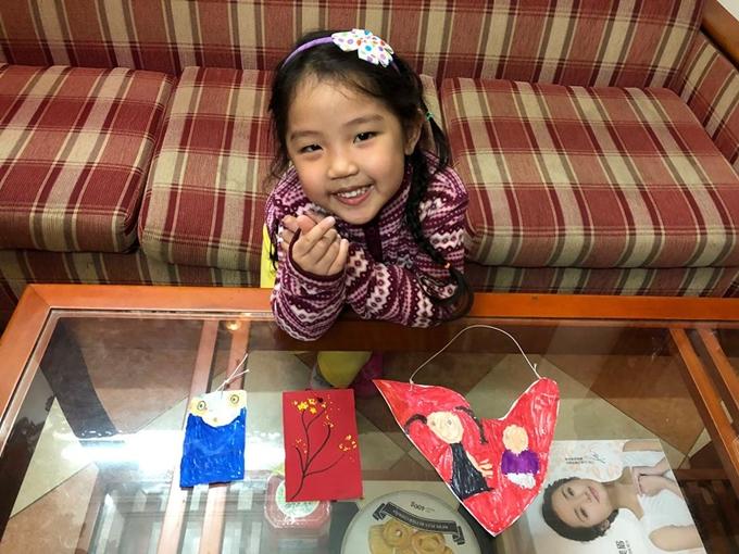Bé Misu tự làm những bao lì xì bằng sáp màu và bìa cứng.