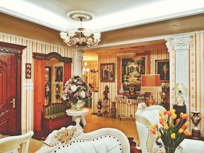 Ngôi nhà treo rất nhiều tranh cổ với phần khung mạ vàng, các vật dụng khác cũng được trạm trổ họa tiết tinh xảo, bắt mắt.