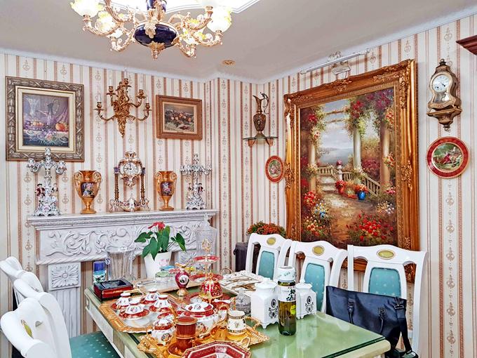 Bàn ăn với những đồ dùng sang trọng như dành cho các nhân vật vua chúa, quý tộcthời xưa.