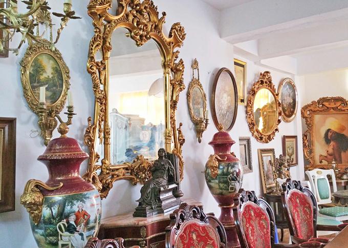 Nathan Lee chia sẻ, bố con anh từng có nhiều năm sống tại châu Âunên đã sưu tầm được nhiều món đồ cổ làm bằng vàng, bạc rấtquý hiếm từ thời vua Louis XV.