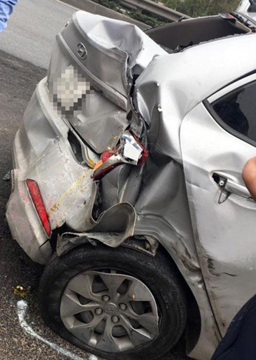 Phần đuôi xe Huyndai i10 bị bẹp dúm sau tai nạn. Ảnh: Xuân Sơn