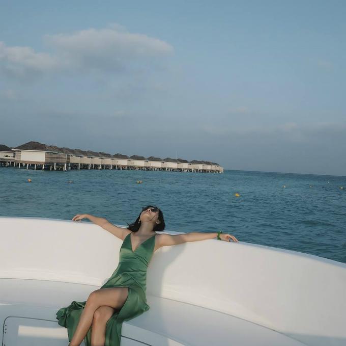Sau hành trình 2 ngày bằng đường không và đường thủy, đại gia đình Quỳnh Chi và người bạn thân Thùy Dung có mặt ở khu nghỉ ở Maldives. Ngay từ trên máy bay, nhìn xuống làn nước biển xanh trong tới khó tin, cô nàng đã phải thốt lên rằng: Hãy nói với tôi đây không phải giấc mơ đi.