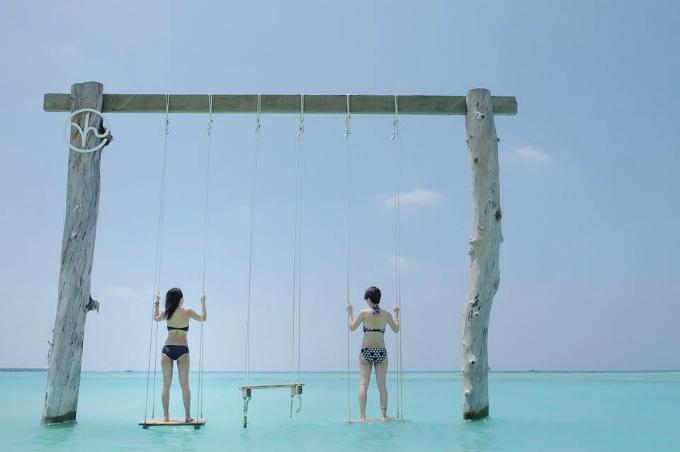 Quần đảo Maldives đang trải qua mùa đẹp nhất trong năm dành cho du lịch, kéo dài từ tháng 12 năm trước đến tháng 4 năm sau, trời cao xanh, nắng nhẹ, mang tới khung cảnh đẹp tựa thiên đường. Quỳnh Chi và Thùy Dung diện bikini đứng trước biển trời xanh ngắt. Đôi bạn thân thường xuyên đồng hành cùng nhau trong nhiều chuyến du lịch cả trong và ngoài nước.