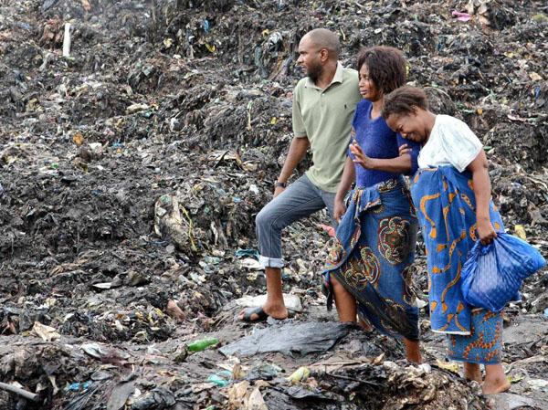 Các nhân viên cứu hộ tin rằng vẫn còn vài nạn nhân khác đang bị chôn vùi dưới đống rác. Ảnh: EPA