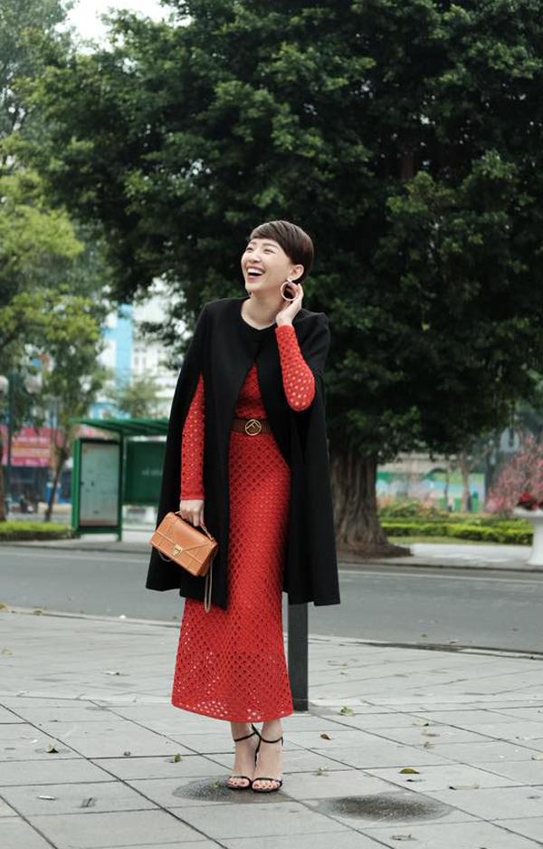 Tóc Tiên rạng rỡ trên phố với váy tông màu đỏ tươi được kết hợp cùng thắt lưng Fendi tạo điểm nhấn cho eo thon, áo choàng cape được chọn lựa để hài hòa với tiết trời Tết Hà Nội. Bên cạnh đó, ca sĩ còn chọn thêm túi Dior tông cam để tăng thêm nét sang trọng cho tổng thể.