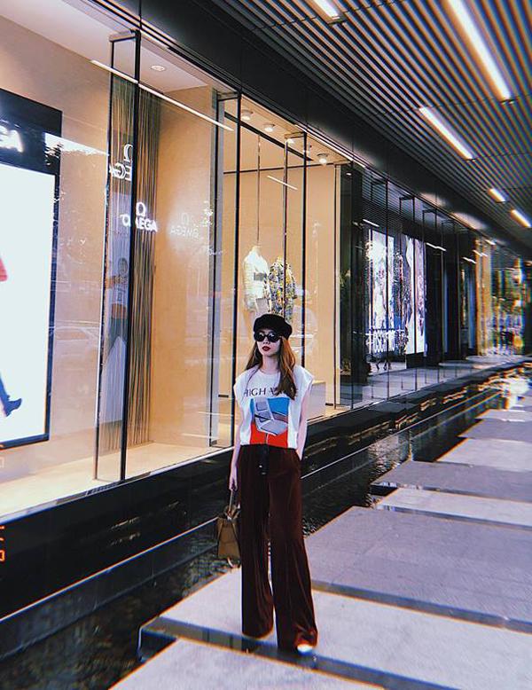 Ngoài việc sử dụng các mẫu áo dài được ưa chuộng trong dịp Tết cổ truyền, Yến Trang cũng không quên diện những bộ cánh theo trào lưu mới để thể hiện phong cách sành mốt.