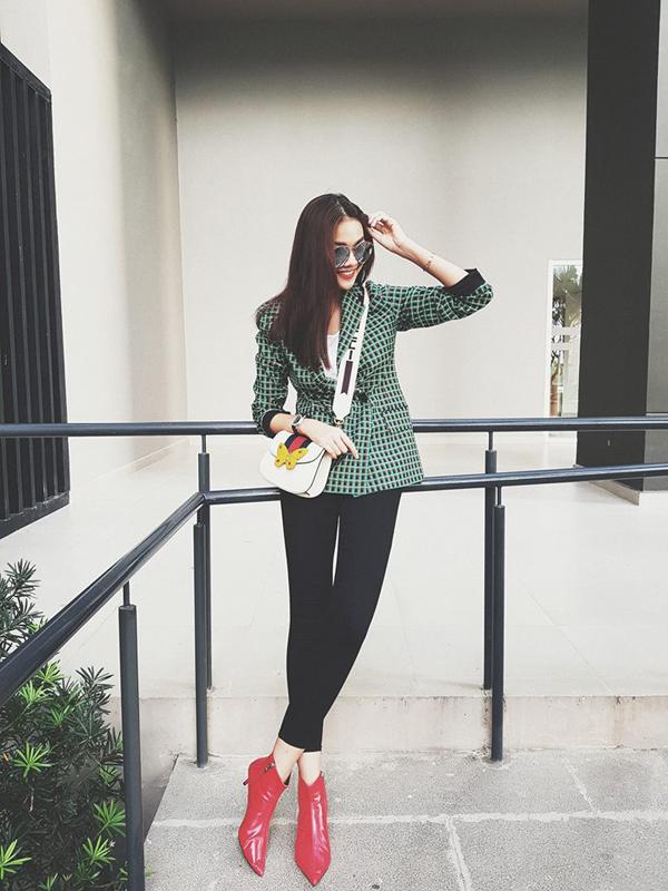Quần jean skinny, áo blazer là những món đồ thường được Thanh Hằng sử dụng khi xuống phố và siêu mẫu luôn nhanh nhạy cập nhật xu hương mới để giúp mình sành điệu hơn.