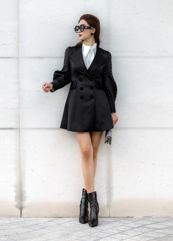 Diễn viên Kim Tuyến chọn style thanh lịch với thiết kế váy cổ vest đi cùng sơ mi lụa, bốt cổ thấp khi dạo phố xuân.
