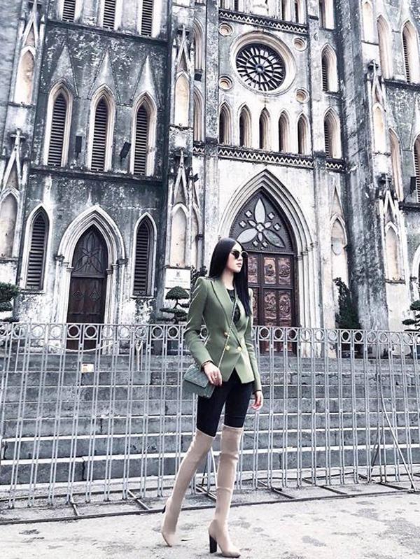 Jolie Nguyễn khôn khéo trong việc ăn gian chiều cao bằng cách chọn bốt cao cổ hot trend để kết hợp cùng quần skinny. Người đẹp còn chọn thêm áo blazer hợp mốt, túi đeop chéo tiệp tông màuđể hoàn thiện set đồ.