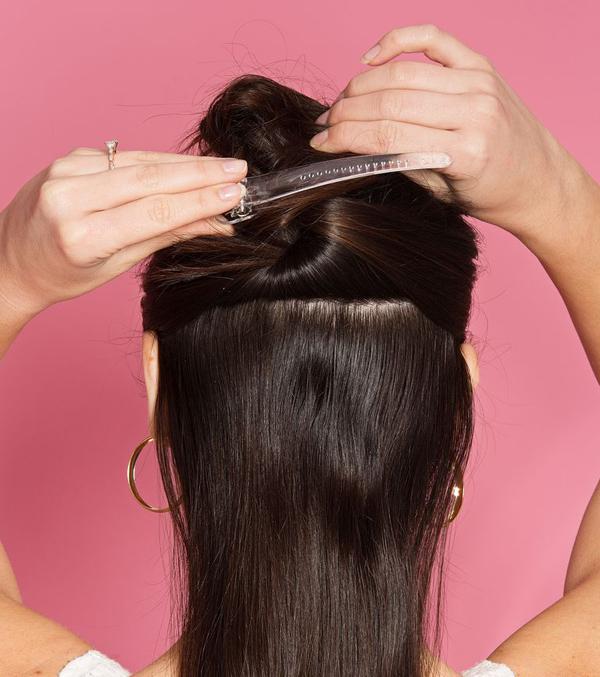 Chia tóc làm hai phần theo chiều ngang, cặp gọn phần tóc trên đỉnh đầu lại.