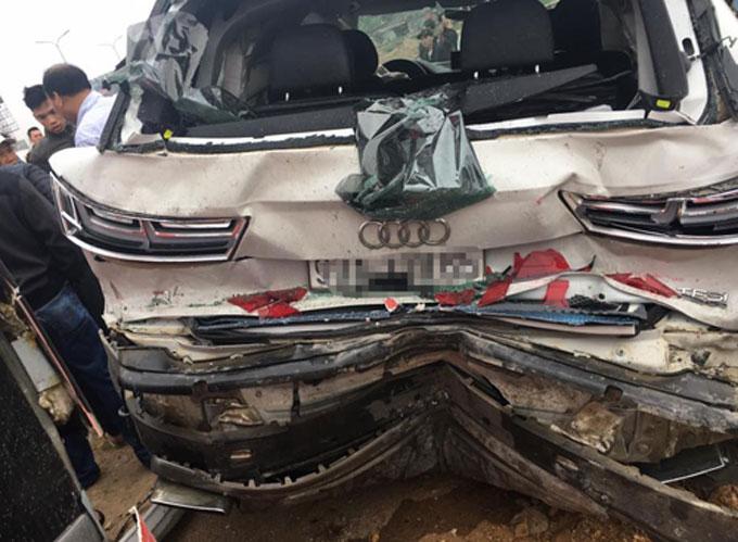 Sau cú đâm liên hoàn, xe audi bị hư hỏng nặng. Ảnh: Xuân Sơn