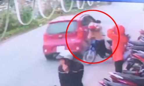 Cô gái bị ôtô tông bay người, may mắn thoát chết