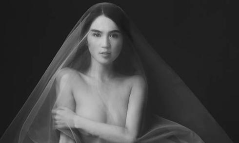 Ngọc Trinh bất ngờ tung ảnh nude đầu năm mới
