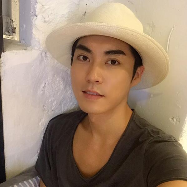 Hyung Seok Yeo là một trong những chuyên gia trang điểm hàng đầu tại Hàn Quốc. Khách hàng của anh là những minh tinh hạng A như Lee Hyori, Irene Kim.