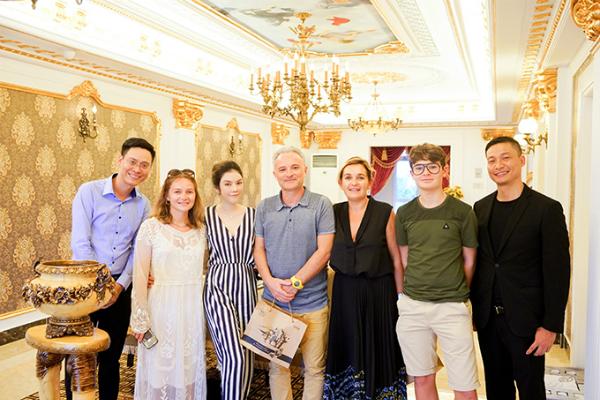 Nhân chuyến đi nghỉ dưỡng cùng gia đình mới đây, nhà sản xuất phim người Pháp Marc Missonnier đã đến Việt Nam thăm Lý Nhã Kỳ.
