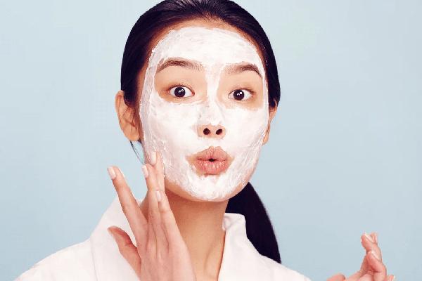 Trước khi trang điểm, anh luôn yêu cầu các người đẹp đắp mặt nạ để tăng cường độ ẩm cho da. Làn da mịn màng là yếu tố rất quan trọng để có được lớp make up hoàn hảo.