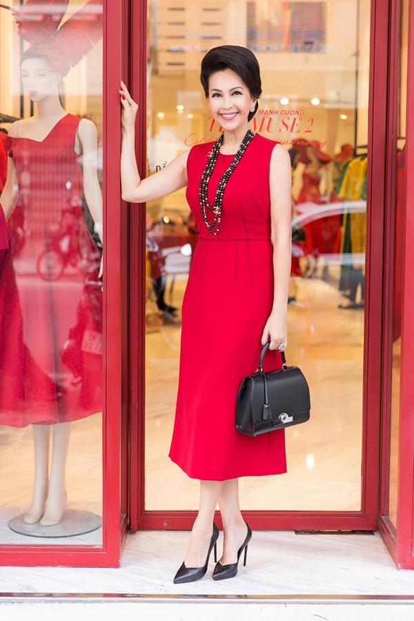 Diễm My thanh lịch, quý phái với trang phục, phụ kiện hai màu đen,đỏ.