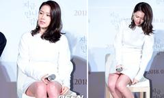 Son Ye Jin loay hoay 'che chắn' vì chiếc váy ngắn