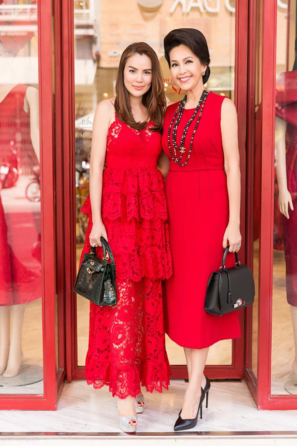 Nữ hoàng ảnh lịch một thời hội ngộ Hoa hậu quý bà hòa bình thế giới 2017 Phương Lê tại showroom của Đỗ Mạnh Cường. Hai người đẹp chung quan niệm chọn váy áo màu đỏ ra phố đểmay mắn trong ngày đầu năm mới.