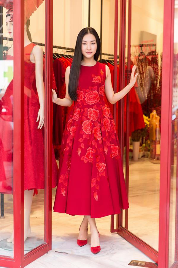 Nàng thơ xứ Huế Ngọc Trân xinh xắn với thiết kế váy xòe, họa tiết tinh tế. Cô từng được biết đến khi thi Hoa hậu Việt Nam 2016.