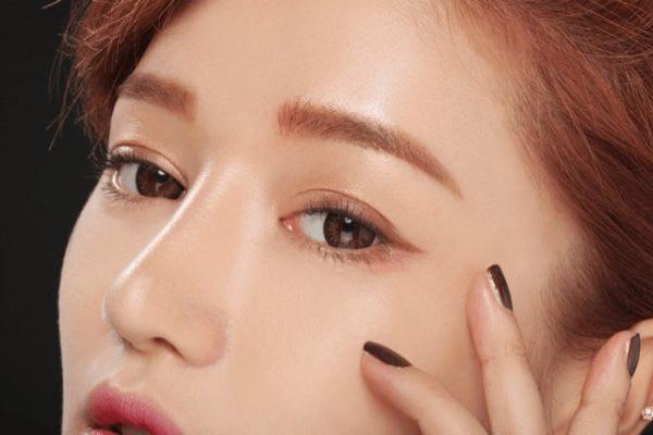Trang điểm mắt khói chưa bao giờ lỗi mốt. Khi trang điểm ban ngày, Hyung Seok Yeo khuyên bạn nên sử dụng những tone màu tự nhiên như nude, nâu sáng hay hồng nhạt.