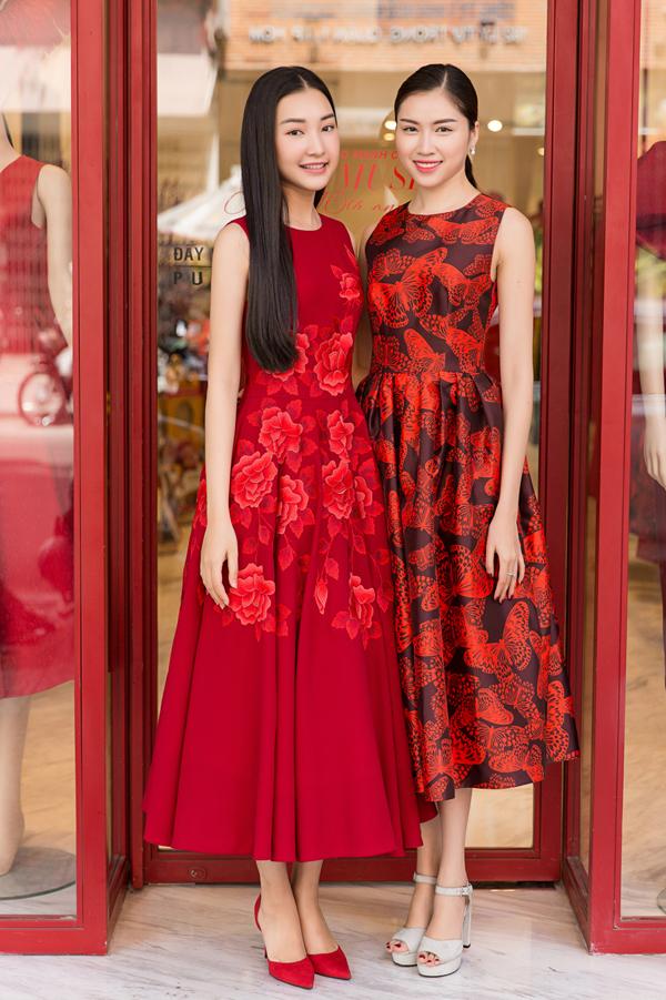 Ngọc Trân và Thanh Thanh Huyền chụp ảnh kỷ niệm buổi gặp gỡ đầu năm.