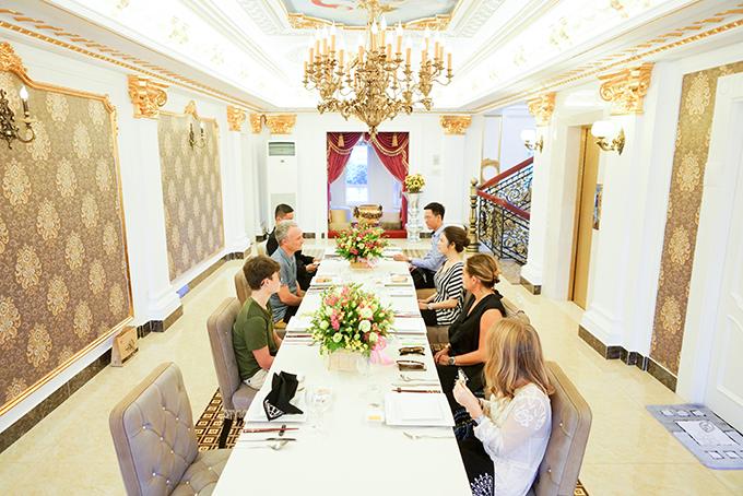 Lý Nhã Kỳ mời gia đình người bạn thưởng thức các món ăn Việt trong phòng ăn sang trọng.