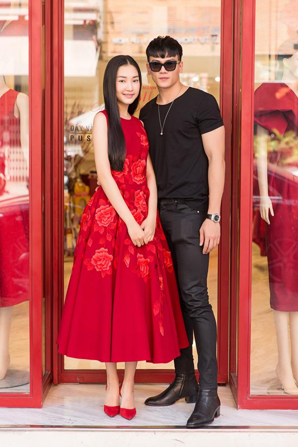 Người mẫu Lê Xuân Tiền thân thiết ôm eo mỹ nhân gốc Huế.