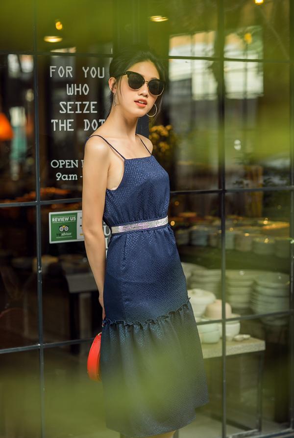 Phát triển từ phom dáng cơ bản của mẫu váy hai dây, bộ sưu tập còn mang đến nhiều kiểu trang phục hợp mùa, hợp mốt.