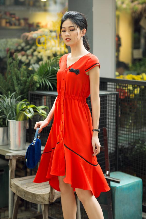 Ngoài các kiểu váy suông không kén dáng, nhà mốt Việt còn trình làng các kiểu váy cài nút với phần nhấn eo duyên dáng. Mẫu váy với phom dáng đơn giản nhưng có khả năng vừa tôn nét gợi cảm vừa giúp người mặc thoải mái.