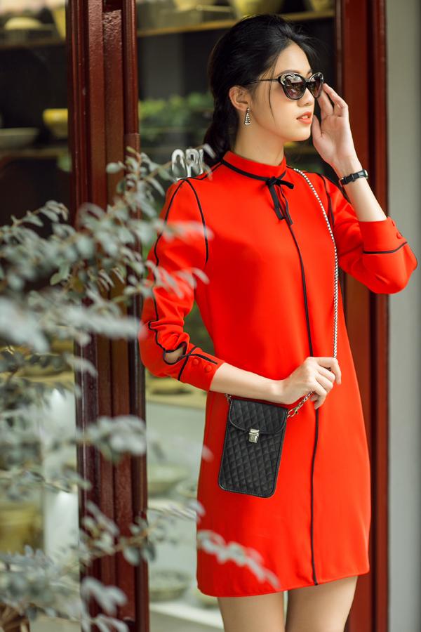 Ở bộ sưu tập xuân 2018, Thanh Trúc Trương dành tặng phái nữ các mẫu đầm thanh lịch dễ dàng sử dụng ở nhiều bối cảnh khác nhau, tiện lợi cho việc mix đồ dạo phố hay đến văn phòng.